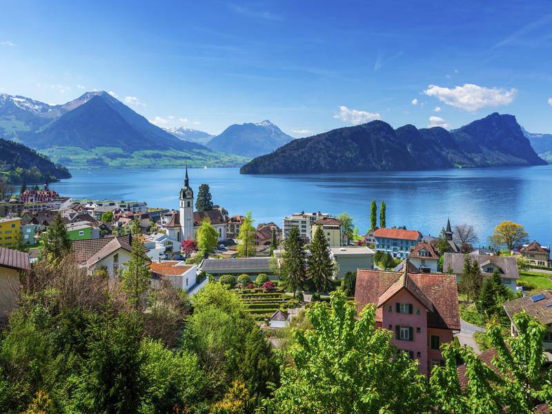 Vu sur Interlaken et son lac, avec les montagnes en arrière-plan. La Suisse, une destination idéale pour les vacances d'été